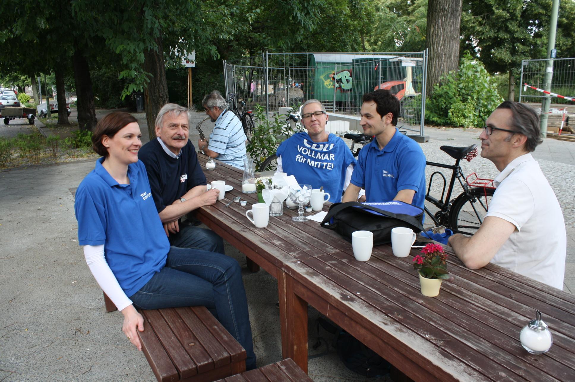 Volker Liepelt mit der Vorsitzenden der Frauen-Union Mitte, Juliane Leinitz-Mierzwar (ganz links), und dem Direktkandidaten im Wahlkreis Mitte 2, Dominique Vollmar (2. von rechts).
